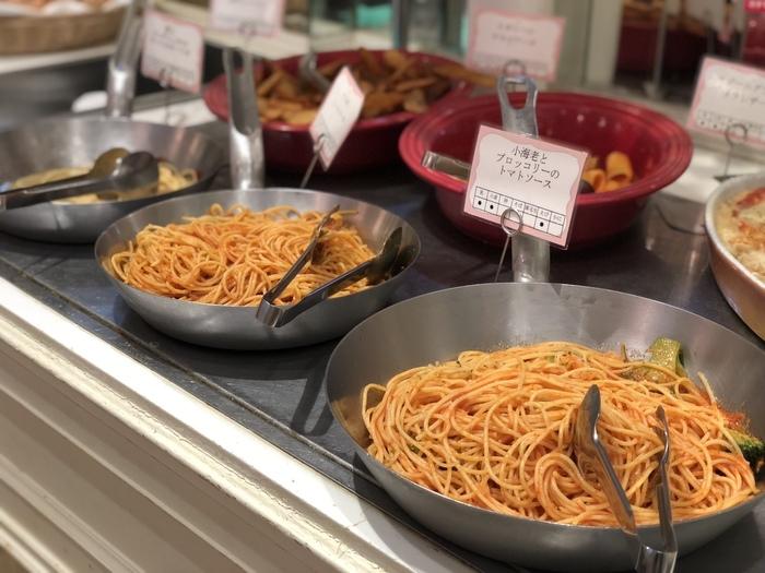 料理とスイーツの両方が食べ放題。お食事系はパスタやサラダ、スープなど約30種類。ランチタイムはいつも満席で、なくなるとすぐに作りたてを運んできてもらえるので、出来立てアツアツを食べられます。