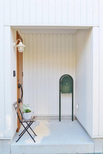 ちょっとしたスペースの玄関ポーチも幅広いアレンジが楽しめます。観葉植物や雑貨などを活用して、おしゃれに演出してみてくださいね。玄関に観葉植物を置くのは風水でもおすすめされることがあります。屋外に置いても良い植物の中から、風水効果もかんがみて置いてみましょう♪