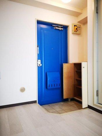 玄関は、元々小さかったり、お出かけに必要なものを多く置いてしまったり、何かと狭くなってしまいがちなスペースです。そんな玄関を心地良い空間にするためには、収納力をアップさせることがポイント。下駄箱下のスペースや、コーナースペース、ドアの面部分など、空間を上手に生かして収納をひと工夫してみましょう。