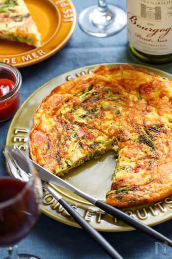 チーズ入りのスパニッシュオムレツ。混ぜて焼くだけのお手軽レシピ。お洒落にカットして、ワインと一緒にいかがでしょう♪チーズ入りなので、旨味もたっぷり。豆苗が入って栄養も満点です!