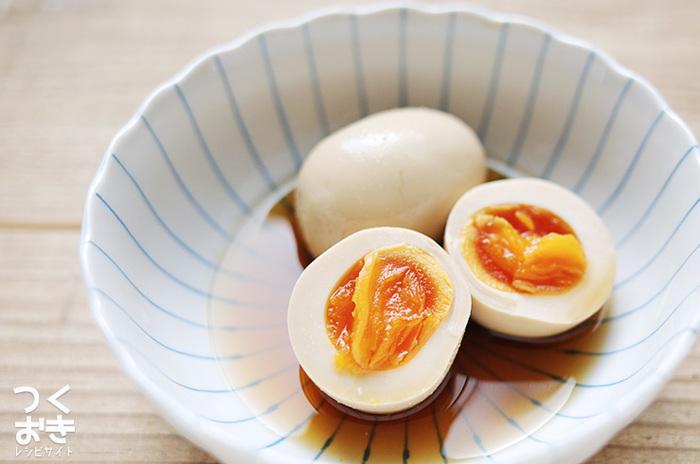 だしの旨味を生かした本格的な半熟煮卵は、一度食べたらまたリピートしたくなる、美味しいレシピです。漬け汁もとても美味しいので、漬け汁こと熱々のご飯にのせるだけでも、贅沢!ラーメンのトッピングにも大活躍。お好みで固ゆですれば、お弁当のおかずにもぴったり。ひと晩以上漬けるのが美味しさのポイントです!