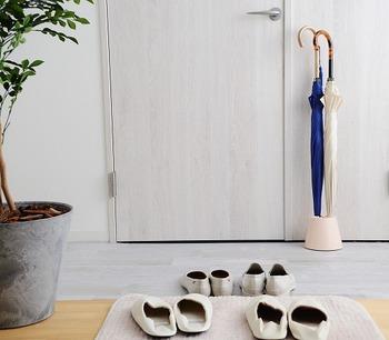 何でも手を伸ばせば届く位置に置いておければいいのですが、玄関のように限られたスペースでは、物の置き過ぎにも注意が必要です。置くものは優先順位を考えて選びましょう。しばらく履かないな、と思った靴は別の場所に収納するのもアリ。傘なども何本もストックせず、よく使うものだけを棚の外に置いて、気分に合わせて入れ替えるのも良いでしょう。季節に合わせて玄関の模様替えをすれば、飽きずに楽しめますよ♪