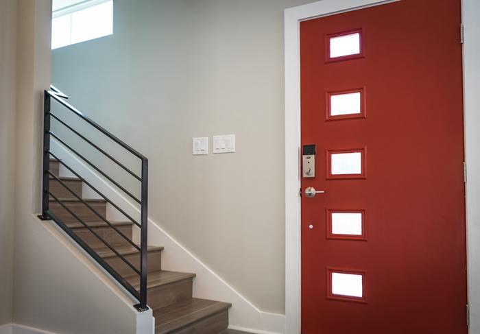 玄関の作りはそれぞれの家によってさまざま。スペースにゆとりがあれば良いのですが、狭くて収納スペースが確保できなかったりと、なかなか思い通りにはいかないと思います。だんだんと物が増えてしまい、玄関がごちゃごちゃしてしまうケースも。玄関周りをスッキリ綺麗に片付けて、かつおしゃれに演出してみましょう♪