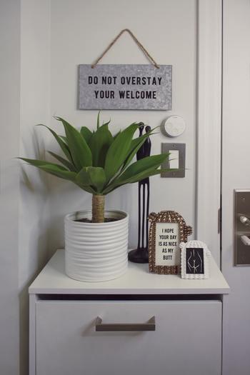 心地よい玄関は、家に帰ってきたときにも、ほっとやすらげます。欲しいものが手に届く位置にあるだけでなく、自分の好きなアイテムでデコレーションされた玄関は快適そのもの。楽しみながら玄関の模様替えにぜひ挑戦してみてくださいね。