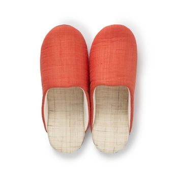 手織りの麻で丁寧に作られたスリッパ。 シャリっとした肌触りで熱がこもりにくく、素足で履く夏はもちろん、秋口頃まで充分心地よく履けますよ。