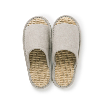 バスマット等に使われるジュート麻のシートを中底に使用した夏用のスリッパ。 ぼこぼこした感触は素足に快適で抜群の涼しさ。 とにかく汗を気にせず履きたい!時におすすめです。