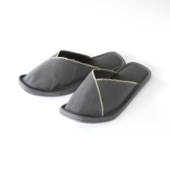 独特の質感が足裏に心地よい、丈夫でコシのある帆布素材のスリッパ。形がしっかりとしていて型崩れしにくく、デザイン性にも優れています。使いはじめはやや堅い印象ですが、履き続ける程に馴染んできますよ♪
