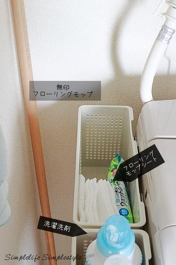 """""""洗濯機に洗剤を入れる""""何気ない動作ですが、毎日となると少しでも楽な方がいいに決まっています。  ダイソーの「マグネット付きバスケット」は、耐荷重2kgなので、洗剤を入れてもOK! 洗濯機の横に貼りつければ、出し入れもとってもラクになります。 掃除用品も手に取りやすい場所に置いておけば、毎日の家事の時短にもなりますね。"""