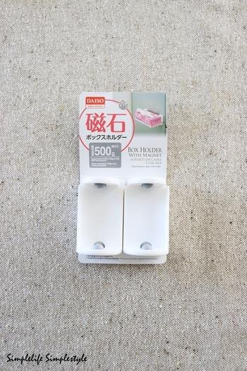 こちらは、箱型のキッチンペーパーやティッシュをホールドして冷蔵庫の横に貼りつけておく、ダイソーの「磁石ボックスホルダー」。「シンプルライフ×シンプルライフ」さんは、本来とは違った使い方をしています。