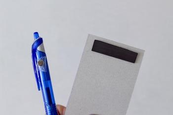 買い出しのメモを取るのに、冷蔵庫の近くにはメモとペンを常備しておきたいところ。こちらは、磁石を貼るだけの簡単アイデア。 ペンには「超強力マグネット」を。メモ帳の裏に「マグネットテープ」を貼るだけ。