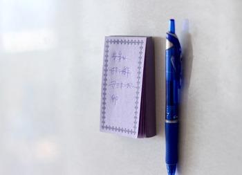 冷蔵庫の側面にくっつけておけば、いつでもペンとメモ帳を手に取れます。簡単でも、アイデア次第で、こんなにも使いやすくすることができるんですね。