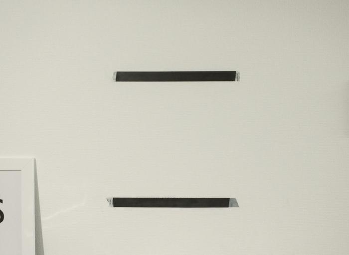まず、マスキングテープを、「マグネット付きホワイトボード」のマグネットの位置にあわせて壁に貼ります。その上から「マグネットテープ」を貼ります。