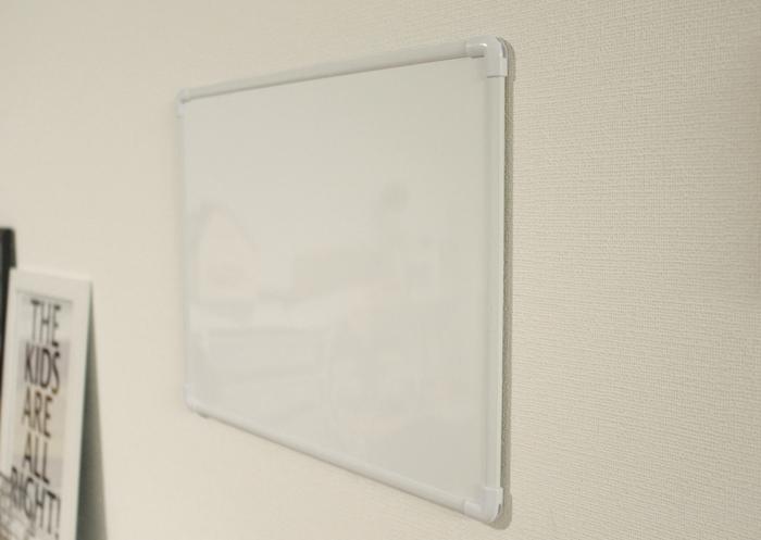 「マグネット付きホワイトボード」を設置して完成です。どこにでも取りつけられるので便利。「マグネットテープ」は、細すぎるとホワイトボードの重みを支えきれないので、注意してくださいね。