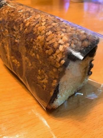 """ドイツのケーキ『レーリュッケン』(""""鹿の背""""の意)。 ショコラとバターケーキが2層になった細長いケーキで、 アーモンドダイスを散らした表面がシカの背中に似ているところから名付けられたとか。"""