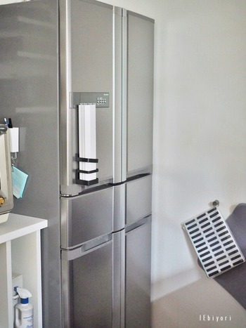 「IEbiyori」さんは、冷蔵庫に貼りつけて、ラップ置き場に。  「マグネットタイプ傘たて」は、アイデア次第で使い方が無限に広がりそうなアイテムです。