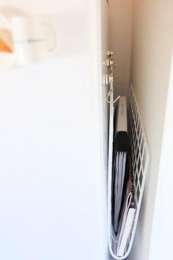 キッチンが狭くてレシピ本を置いておきたいのに、置くスペースがない。そんなキッチンにぴったりな、ブックラックをプチDIYしてみませんか? 「ワイヤーネット」を折り曲げて、「マグネットフック」2つに引っ掛けるだけ。冷蔵庫の横の隙間にぴったり収まります。 これなら使いたいときに、いつでもレシピ本を取り出せ、ジャマになりませんね。