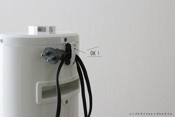 家電の裏、上の方にフックを取りつけます。そこにコードを挟むだけでスッキリ。 電気ストーブなど、本体が熱くなるものに取りつけると、粘着テープが溶けてしまう危険性が。空気清浄機や加湿器、本体が熱くならない温風ヒーターなどの家電に使いましょう。