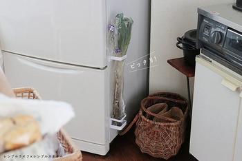 「シンプルライフ×シンプルライフ」さんは、冷蔵庫の横に取りつけてネギやゴボウなど、冷蔵庫に入らない細長いものの置き場に。