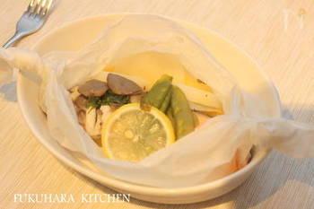 鮭や野菜をレモンとバターとともにキッチンペーパーで包み、フライパンで蒸し焼きにします。小さめのフライパンなら、BBQコンロの一部を使って、他の料理と同時に作ることもできますね。