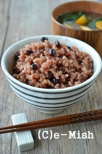 玄米と小豆を一緒に炊いて、3日間以上保温し続ける「酵素玄米ごはん(寝かせ玄米)」を作ってみませんか。  小豆が加わって栄養価が高まることはもちろん、よりモチモチとしたご飯の食感で美味しくいただけます。