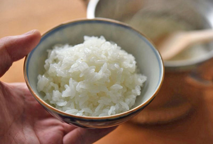 ちなみに、「ご飯(米)をしっかりと食べると太る」ということで、ご飯を抜いてしまう方が増えていますので、ここで、ちょっとご説明を。  「低糖質ダイエット」や「糖質制限」などの言葉が先行して広く認知されていますが、実際は思いのほか、お米を食べても太らないものなのです。大切なのは、お米だけを食べるのではなく、野菜、肉、魚、豆類、海藻類と一緒に食べるということです。