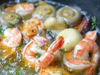 魚介料理も、工夫次第で簡単にアウトドアでも満喫できます。スキレットを使ったアヒージョは、そのままテーブルに出せ、みんなでバゲットなどを浸しながら楽しめるおすすめの料理。マッシュルームもまるごと使って、そのおいしさを存分に味わいましょう。
