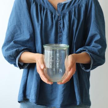 ドイツの老舗ガラスメーカーである「WECK(ウェック)」は、苺のデザインがトレードマークのガラス製アイテムを作り続けています。種類も豊富ですが、こちらは丸みを帯びたシェイプがちょっぴりユニークなデザイン。シルエットが少し違うだけで、ガラス容器の雰囲気も大きく異なりますね。