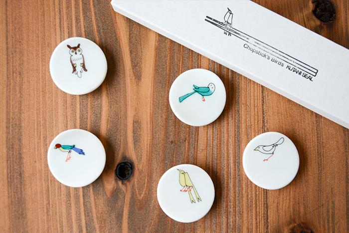 こちらは九谷焼のKUTANI SEAL(クタニシール)の箸置き。あらかじめ印刷された絵柄をシールのように器に貼る九谷焼の転写技法を使い、伝統工芸品の九谷焼をもっと身近にという思いで作られました。繊細な絵柄と鮮やかなカラーで描かれた鳥たちは、箸を置けばまるで木の枝にとまっているかのよう♬食卓がさらに楽しくなります。