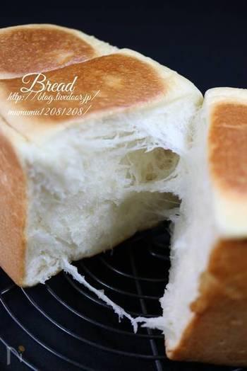 焼かずにそのままで美味しい、リッチな味わいが話題の「生食パン」も自宅で作ることができます。  一次発酵までをホームベーカリーにお任せすることで、力が必要なこね作業をスキップできたり、洗い物が減るなど、パン生地作りのハードルを一気に下げてくれます。  出来上がった生地をオーブンで焼けば、ふわふわの食感、広がる甘さや口どけの良さが魅力の生食パンの完成です。何もつけず、病みつきになる話題の味をお楽しみください。
