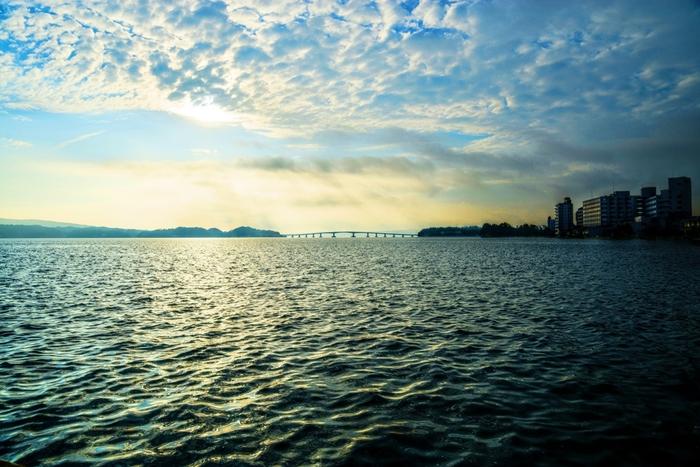 開湯以来1200年の歴史を持つ「海の温泉」和倉温泉。かつては加賀藩主も湯治に用いた名湯です。七尾湾を臨む海岸沿いに温泉宿や日帰り温泉などが立ち並びます。