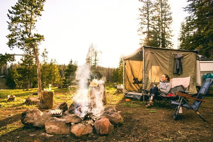 キャンプ、BBQブームの今、キャンプを始めてみたいけど、なかなか実行にうつせていない…。そんな人も多いのではないでしょうか?そこで今回は、キャンプを楽しむために必要なアイテムやコツ、ポイントなどをご紹介したいと思います。