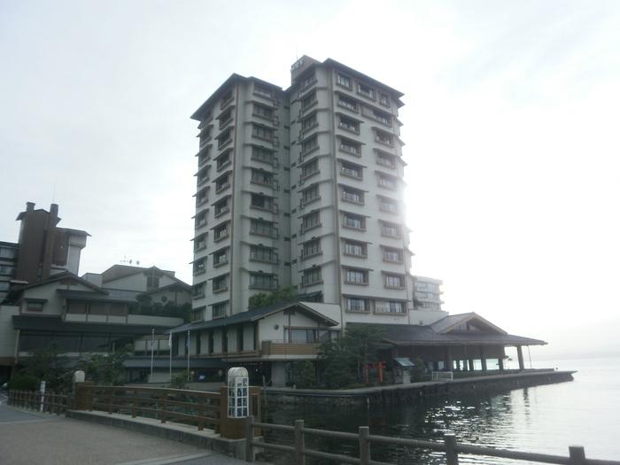 和倉温泉の中でも「おもてなしの宿」として全国に名高い名宿が「加賀屋」。女将によるお出迎えにはじまり、海に面した大浴場、海の幸や季節の食材を堪能できるお料理、窓から眺める穏やかな七尾湾など、全てが心に残る時間になりそう。