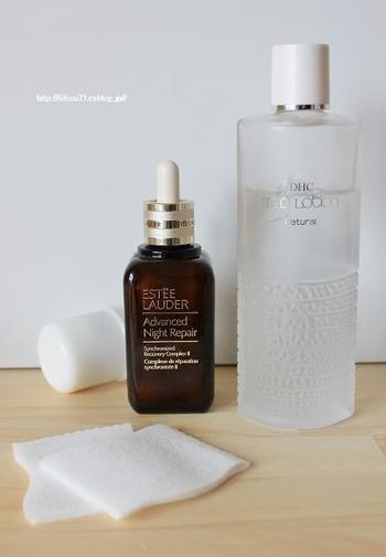 ファンデーションなしでもきれいなお肌を作るには保湿が第一。  1. (必要に応じて)ブースター 2. 化粧水 3. (必要に応じて)乳液 4. クリーム  のステップで保湿し、乾燥や毛穴などのアラが出ないようケアしておきましょう。