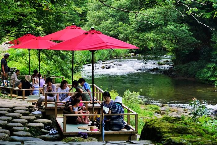 山中温泉に流れる、緑と渓流が美しい鶴仙渓。「あやとり橋」の付近には春から秋にかけて川床が設けられます。スイーツをいただきながら、夏は暑さを忘れてくつろげます。