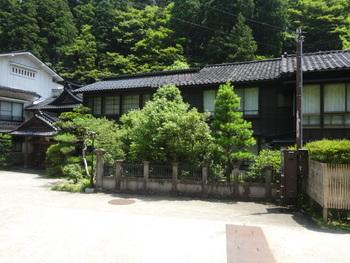 深谷温泉の「元湯 石屋」は、江戸時代より続く加賀藩ゆかりの老舗宿。昔のたたずまいを色濃く残す心地よい空間と、琥珀色の植物性温泉「モール泉」を楽しめます。