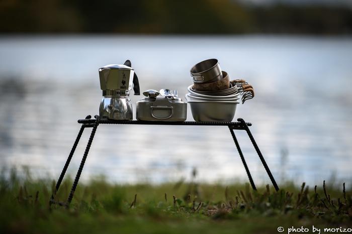外でのお食事タイムに必要なのが食器やカトラリー類。こちらは、テントなどの大物に比べてもリーズナブルなので購入してみてもいいかもしれません。バーベキュー用の食器セットを購入するという手もありますが、必ずしも専用のセットでなくても、マグカップや浅い皿、深皿、フォーク&スプーンなどを用意出来れば十分。 キャンプ用の食器には、ホーロー素材のしっかりしたものからプラスチック製など色々なものがあります。中でも、折り畳み可能なシリコンタイプのものは、荷物をコンパクトにまとめられるのでとっても便利です。