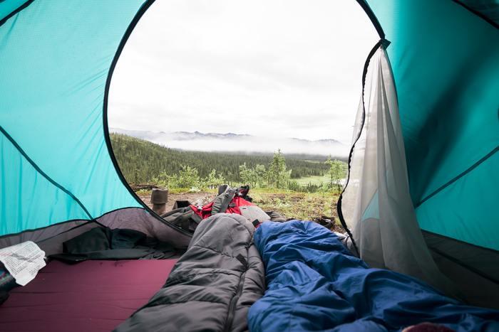 キャンプに慣れないうちは、テントの設営、火おこし、とにかくやることが沢山なので、夜はテントの中でぐっすり快適に眠りたいものです。そこで登場するのがマット。マットを1枚引くだけで、地面のゴツゴツを感じることなく、眠りにつくことが出来ます。ちなみに、マットはくるくると丸められるものや、折り畳めるものがおすすめです!