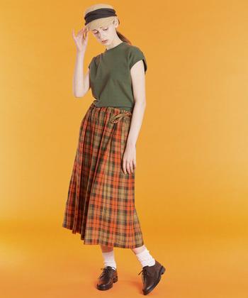 トラッドスタイルに欠かせない「チェック柄スカート」は、ナチュラルなリネン素材を選ぶことで新鮮な印象に。定番アイテムも素材を変えるだけで、いつもとは一味違うおしゃれな着こなしが楽しめます。