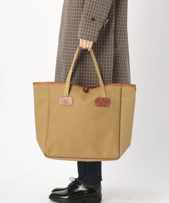 トラッドスタイルに欠かせないベーシックなデザインの「トートバッグ」。素材にこだわった上質なトートバッグなら使うほどに風合いが増し、経年変化を楽しみながら長く使い続けることができます。