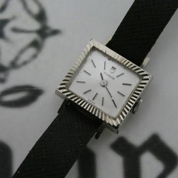 『ヴィンテージ&アンティーク腕時計』は、定期的に動かしてあげることが実は大切。毎日決まった時間にリューズを巻く、そんな暮らしも素敵ですよね。  手に入れたら、まずは自分で動かしてみましょう。