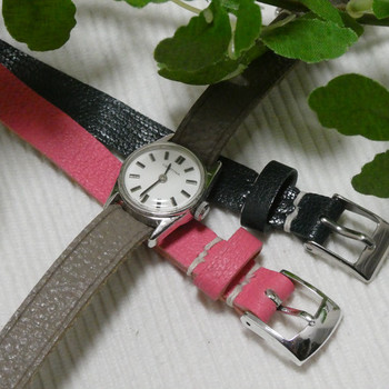 サーチナ社製のビンテージウォッチは、ベルトを自分で付け替えられる仕様になっており、3色の上質な山羊革ベルトが付属されています。その日の着こなしや気分に合わせて、コーデを楽しみたいですね。