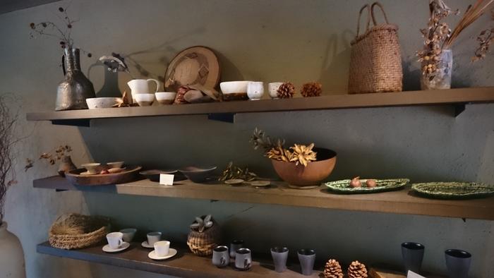 2016年8月にオープンした宿。屋内アートやインテリア、調度品、食器などには国内作家やアーティストの作品がちりばめられています。ナチュラルでハイセンスなインテリアは、自分の生活空間にも取り入れてみたくなりそう。