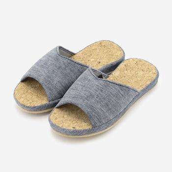 空気を含む柔らかなコルクを底面に使用したさわやかな履き心地のスリッパ。 ほどよいクッション性で衝撃吸収力もあります。 べたつき感も少なく、夏場にイチオシの素材です。