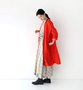 鮮やかなカラーリングが目を引くおしゃれなシルクコートは、シンプルコーデのアクセントにぴったり。ワンピースの上にさらりと羽織って、女性らしい雰囲気のスタイリングを楽しみたいアイテムです。