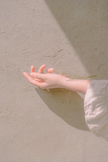 手のひらはメラニン色素が少ない部位。そのため、日焼けを最小限に抑えて太陽の効果を得られます。肌が弱い方や日焼けしやすい方は、日傘や窓から手だけを出して太陽に向けてみてください。