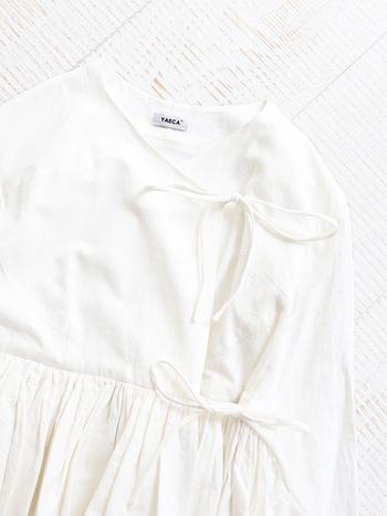 日常にそっと寄り添う、上品で洗練されたプロダクトを提案するブランド「YAECA(ヤエカ)」。こちらはアンティーク調のやわらい「白」と、女性らしいデザインが印象的なラップギャザーブラウスです。一枚でサマになるエレガントなブラウスは、シンプルコーデのアクセントにぜひおすすめです。