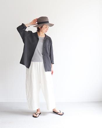 """リラックス感のあるゆったりしたシルエットと、シンプルなデザインがおしゃれな【パジャマシャツ】は、YAECAのの別ライン、""""CONTEMPO(コンテンポ)""""シリーズのアイテムです。コットン×リネンの清涼感のある素材と、どんなスタイルにもマッチするシックなカラーも魅力的です。"""