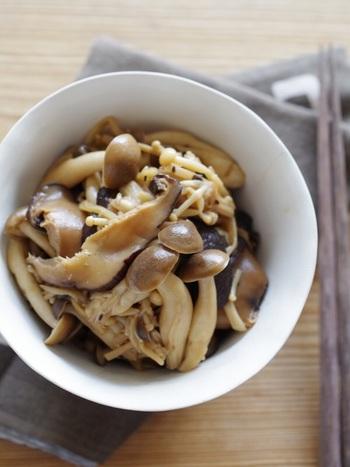 きのこの旨味が染みたご飯に合う一品。干し椎茸の戻し汁も使ってしっかり具材に旨みを沁みこませます。生姜は風味がごま油に移るまでじっくり炒めましょう。