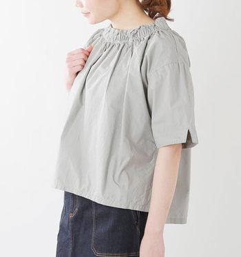 リラックス感のある上品なシルエットと、たっぷりとギャザーの入った女性らしいデザインが可愛いコットンシャツ。ワイドパンツやスカートにタックインしてもおしゃれに決まるので、カジュアルからキレイめまで幅広いコーディネートが楽しめますよ◎。