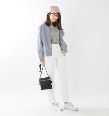 シンプルで爽やかな白パンツも、春夏コーデに欠かせない定番アイテムのひとつです。上品なテーパードシルエットに仕立てたDMGのホワイトデニムは、さりげなくスタイルUP効果を発揮するハイライズデザインも魅力的。トップスインもしやすく着回し力抜群です。